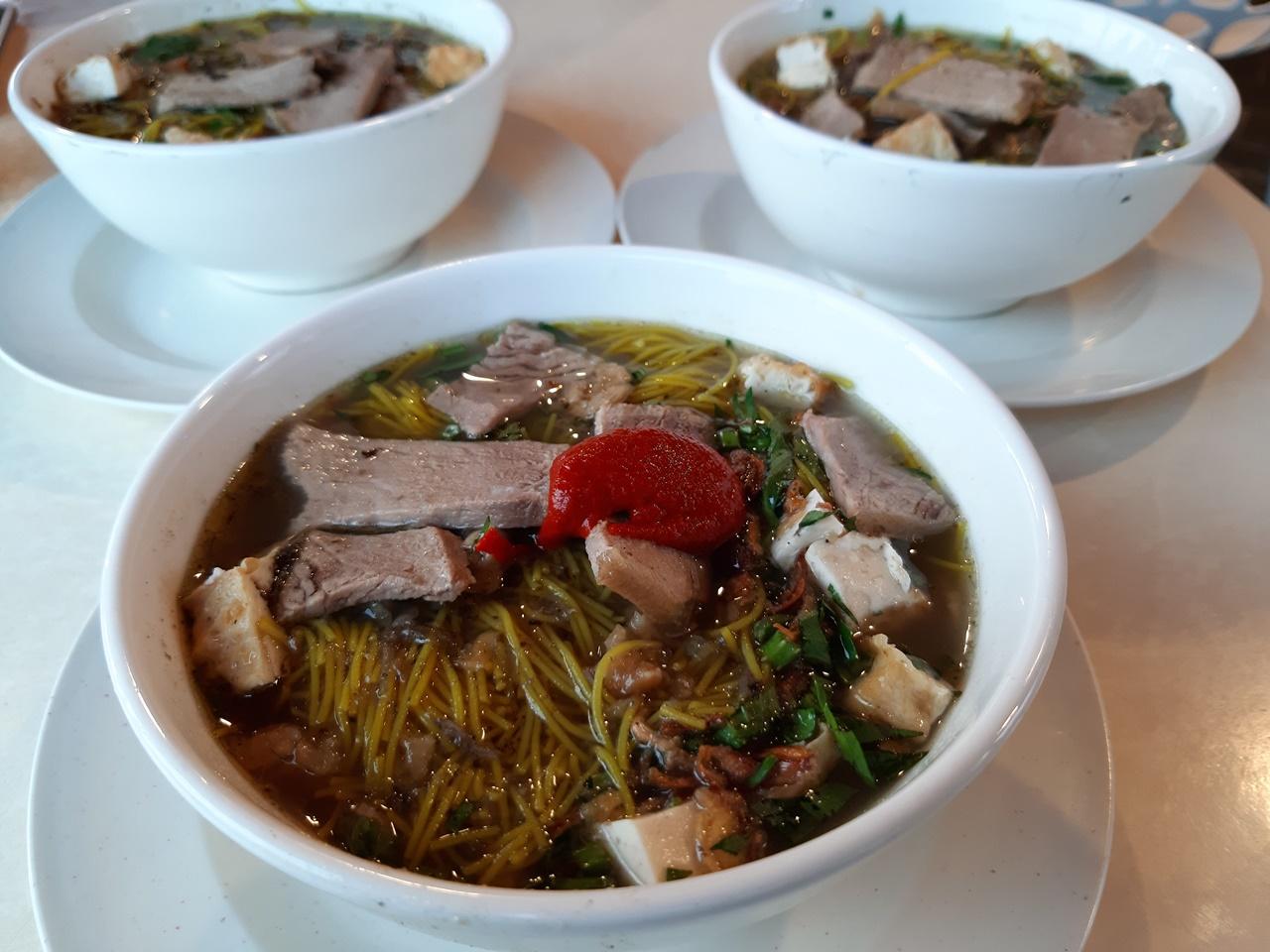 indonézska polievka na stole